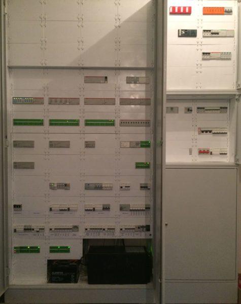 Zobacz Systemy KNX i Crestron – wspólne sterowanie oświetleniem, roletami, ogrzewaniem i klimatyzacją - rozdzielnice glowne parteru 475x600